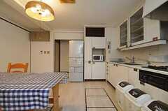 正面に冷蔵庫と食器棚があります。(2011-08-08,共用部,KITCHEN,1F)