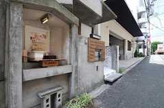玄関脇にはちょっとした装飾スペースがあります。(2011-08-08,共用部,OTHER,1F)