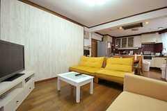 シェアハウスのリビングの様子3。奥にキッチンがあります。(2011-09-21,共用部,LIVINGROOM,3F)