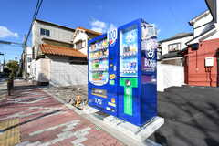 建物の前に自動販売機が設置されています。(2018-01-24,共用部,GARAGE,1F)