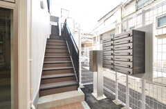 玄関へ続く階段の様子。郵便ポストと宅配ボックスが設置されています。(2016-03-09,周辺環境,ENTRANCE,1F)