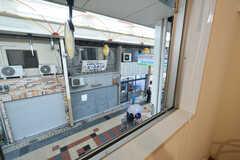 窓からは鶴見橋商店街1番館が見えます。(206号室)(2016-03-11,専有部,ROOM,2F)