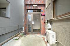 シェアハウスの玄関ドア。(2015-09-02,周辺環境,ENTRANCE,1F)