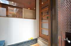 玄関から見た内部の様子。目の前にリビングにつながるドアがもう1枚あります。(2015-09-02,周辺環境,ENTRANCE,1F)