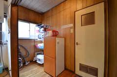 部屋の角にキッチン家電や食器を置く棚があります。(2015-09-02,共用部,OTHER,2F)
