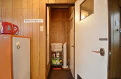 脱衣室の様子。左手にバスルーム、右手にトイレがあります。(2015-09-02,共用部,BATH,2F)