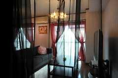 フィットネスルームとリビングを隔てる薄いカーテン。(2010-10-10,共用部,LIVINGROOM,7F)