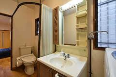 ウォシュレット付きトイレと洗面台の様子。(101号室)(2016-07-04,専有部,ROOM,1F)