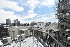 屋上の様子2。物干しスペースも用意されています。(2016-07-04,共用部,OTHER,4F)