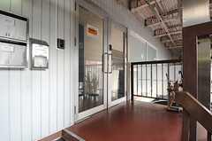 シェアハウスの玄関の様子。(2013-09-13,共用部,OUTLOOK,2F)