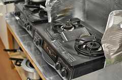 ガスコンロは2口のものが2台あります。(2013-09-13,共用部,KITCHEN,2F)