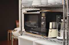 キッチン家電の様子。コーヒーミルやジューサーは住人さんの私物です。(2013-09-13,共用部,KITCHEN,2F)