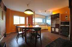 リビングの様子3。奥にキッチンがあります。(2014-02-02,共用部,LIVINGROOM,2F)