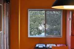 窓からは、道路を挟んだ向かいにある公園の緑が見えます。(2014-02-02,共用部,LIVINGROOM,2F)
