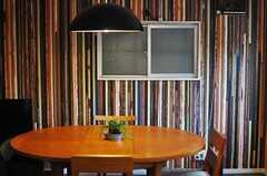 古い木材を並べたような壁紙。(2014-02-02,共用部,LIVINGROOM,2F)