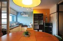 ダイニングから見たキッチンの様子。(2014-02-02,共用部,LIVINGROOM,2F)