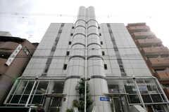 シェアハウスの外観。3Fから上階がシェアハウスです。1〜2Fにはスポーツジムが入っています。(2012-09-15,共用部,OUTLOOK,1F)