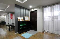 ラウンジの入り口には靴箱が設置されています。(2012-09-15,共用部,LIVINGROOM,3F)
