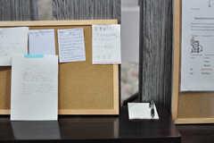 靴箱の上にはメッセージボードがあります。(2012-09-15,共用部,LIVINGROOM,3F)