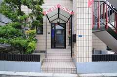 シェアハウスの正面玄関の様子。2F、3Fへのアクセスは、右手の外階段を使います。(2013-04-30,周辺環境,ENTRANCE,1F)