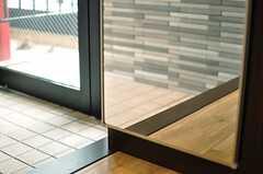 靴箱の扉は、姿見にもなります。(2013-04-01,周辺環境,ENTRANCE,1F)