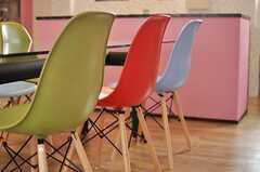 テーブルにはカラフルなデザインチェアが並びます。(2013-04-01,共用部,LIVINGROOM,1F)