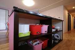 カウンターテーブルを兼ねる作業台の下は収納スペース。(2013-04-30,共用部,KITCHEN,1F)