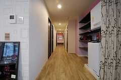廊下の様子。突き当たりに洗面台、右手にシャワールームとトイレ、左手に専有部が並びます。(2013-04-30,共用部,OTHER,1F)