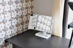 各部屋にはデスク、シェルフ、三面鏡が用意されています。(104号室)(2013-04-01,専有部,ROOM,1F)