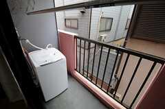ベランダの様子。2Fの各室には洗濯機が設置されています。(2013-04-30,専有部,ROOM,2F)