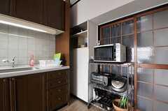キッチン家電の様子。奥に食器棚があります。(2013-09-13,共用部,LIVINGROOM,13F)