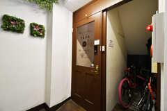 玄関ドアの様子。玄関脇が自転車置き場になっています。(2020-06-27,周辺環境,ENTRANCE,2F)