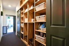 廊下の右手には洗面用具などを置くことができる棚が設置されています。(2020-06-27,共用部,OTHER,3F)