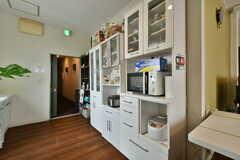 食器棚の様子。炊飯器や電子レンジが収納されています。(2020-06-27,共用部,KITCHEN,3F)