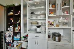 食器類の様子。食器棚の対面に洗面台が設置されています。(2020-06-27,共用部,KITCHEN,3F)