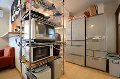 キッチン周辺の様子。調理ツールや冷蔵庫があります。(2015-06-03,共用部,KITCHEN,2F)