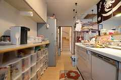 キッチンの反対側は、食器や食材などの収納スペースです。(2015-06-03,共用部,KITCHEN,2F)