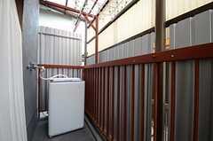 掃き出し窓の外のベランダには、洗濯機が設置されています。(2015-06-05,共用部,LAUNDRY,3F)
