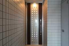 7・8Fの入居者は7Fの玄関を通って専有部へ入ります。ラウンジへ行く際には6Fの鍵が必要になります。(2015-08-13,周辺環境,ENTRANCE,7F)