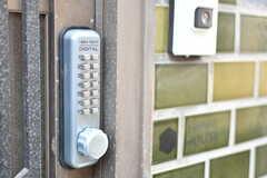 玄関の鍵はナンバー式です。(2018-01-29,周辺環境,ENTRANCE,1F)
