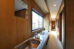 廊下に設置された洗面台の様子2。廊下の突き当たりがドライルームです。(2018-01-29,共用部,WASHSTAND,2F)
