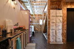 廊下の様子。右手の白い棚は靴箱です。(2018-02-14,共用部,KITCHEN,1F)