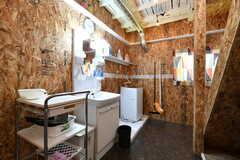 洗面台と洗濯機の様子。(2018-02-14,共用部,LAUNDRY,1F)