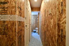 廊下の様子2。左手ドアはシャワールーム、突き当たりは洗面台です。(2018-02-14,共用部,TOILET,1F)