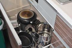 フライパンや鍋は引き出しに収納されています。(2017-03-06,共用部,KITCHEN,6F)