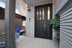 シェアハウスの玄関ドアの様子。(2013-09-18,周辺環境,ENTRANCE,1F)