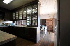 手前にキッチン、奥にリビングがあります。(2013-09-18,共用部,LIVINGROOM,5F)