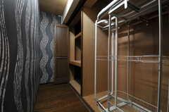 共用の廊下には大きなクローゼットがあります。501号室と502号室の入居者さんが使用できます。(2013-09-18,共用部,OTHER,5F)