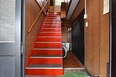 正面から見た内部の様子。階段下が自転車置き場になっています。靴のまま階段を上がると、右手にリビングの入口があります。(2016-04-06,周辺環境,ENTRANCE,1F)