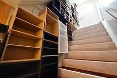 階段の様子。左手には大量の靴箱が並んでいます。(2016-04-06,周辺環境,ENTRANCE,2F)